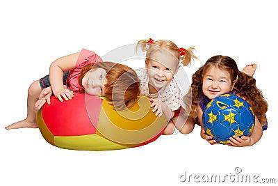 Grupp av ungar som leker med bollar