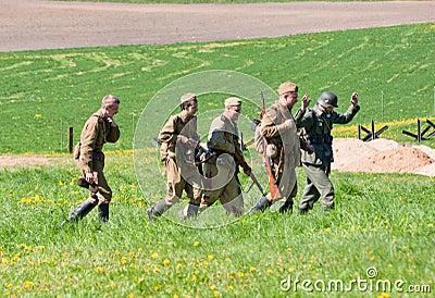 Gruppe des Riflemengeleitschutz KRIEGSGEFANGEN Redaktionelles Stockbild