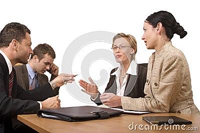 Gruppe Geschäftsleute, handeln am Schreibtisch aus