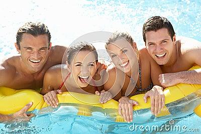 Gruppe junge Freunde, die Spaß im Pool haben