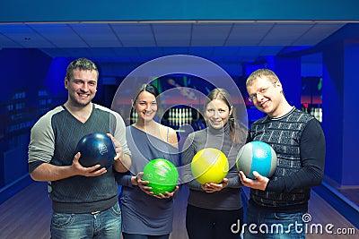 Freunde in einem Bowlingspiel