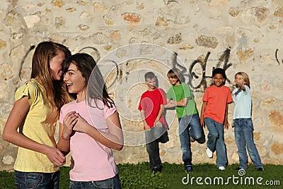 Gruppe vor des Teenagerflüsterns
