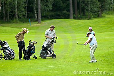 Gruppengolfspieler auf Golf feeld Redaktionelles Foto