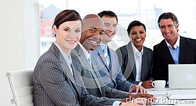 Gruppo di affari che mostra diversità etnica