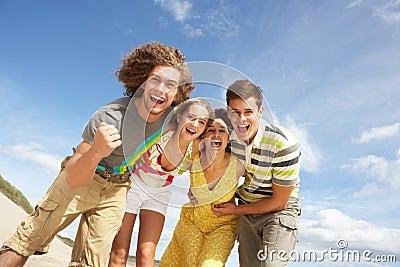 Gruppo di amici che hanno divertimento O