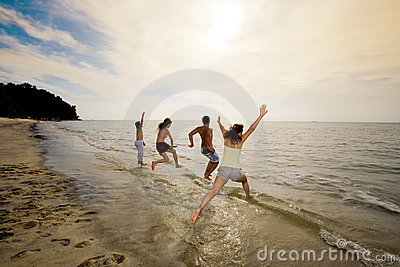 Gruppo di amici che saltano nel mare