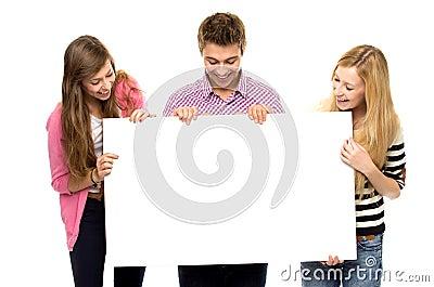 Gruppo di amici che tengono documento in bianco