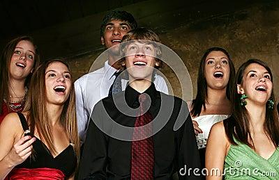 Gruppo di anni dell adolescenza che canta nel coro