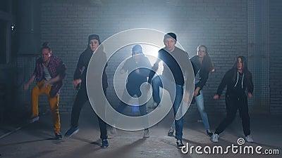 Gruppo di ballerini della via che realizzano i movimenti differenti sulla via scura archivi video