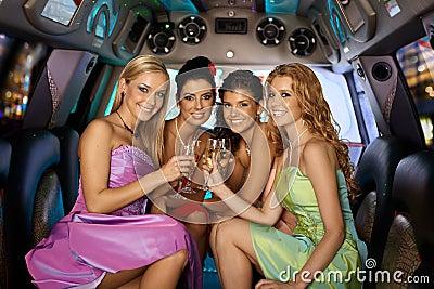 Gruppo di belle ragazze sorridenti