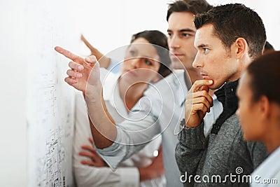 Gruppo di gente di affari che esamina un diagramma