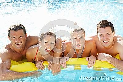 Gruppo di giovani amici che hanno divertimento in raggruppamento