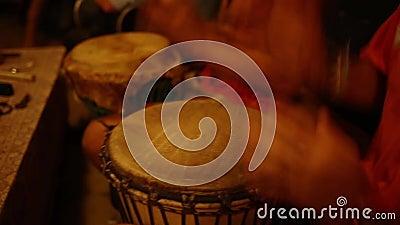 Gruppo di persone con i tamburi africani stock footage