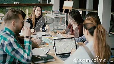 Gruppo di persone multietnico in ufficio moderno Gruppo creativo di affari che lavora insieme al progetto, alla risata ed a sorri stock footage