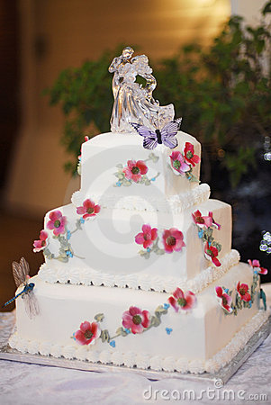 avec des fleurs rouges décoratives et une glace de mariée et de ...