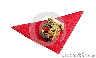 Gâteau de mariage sur la serviette rouge, d isolement