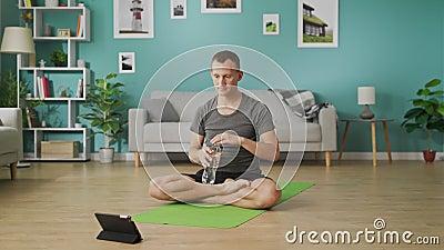 ?gua pot?vel do homem de uma garrafa durante classes da ioga em linha filme