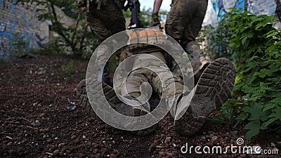Guardabosques del ejército que rescatan al soldado herido del combate