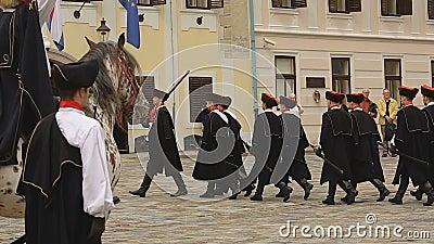 Guardia dell'onore di Zagabria che marcia sul quadrato di St Mark, reggimento del foulard archivi video