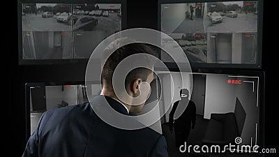 Guardia giurata nella rapina in banca di sorveglianza del metraggio anteriore del CCTV, chiamante la polizia video d archivio