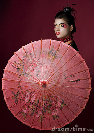 Gueixa com o guarda-chuva pintado tradicional