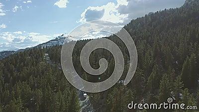 Guida dell'automobile nelle montagne archivi video