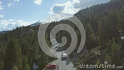 Guida dell'automobile nelle montagne stock footage