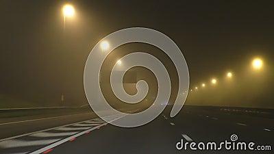 Guidando sull'autostrada nebbiosa alla notte stock footage