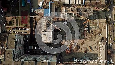 Guindaste perto da constru??o inacabado, vista superior vídeos de arquivo