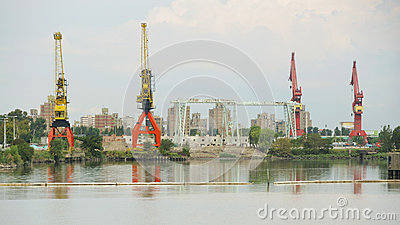 Guindastes no porto industrial Fotografia Editorial