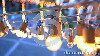 Guirlande d'ampoules de festival accrochant au-dessus de l'endroit d'événement banque de vidéos