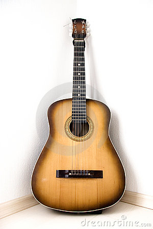 Free Guitar In A Corner Of Room Royalty Free Stock Images - 2404459