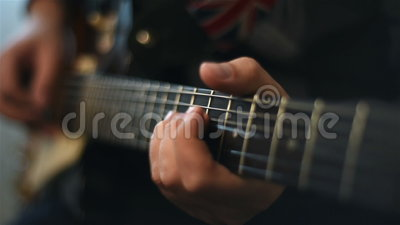 Guitare de Playing On Electrical de guitariste banque de vidéos