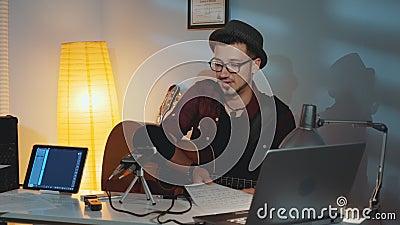 Guitarist is ontevreden over zijn vriend die het instrument speelt en zijn fout in muzikale noten laat zien stock footage