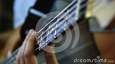 Guitariste Playing On Electrical Bass Guitar banque de vidéos