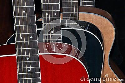 Guitarras aisladas en fondo negro