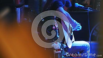 Guitarrista farpado no concerto - guitarra acústica, microfone, clube vídeos de arquivo