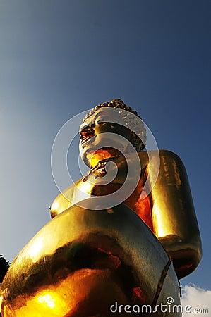 Guld- buddha staty