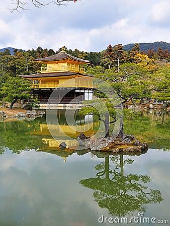 Guld- tempel för jikinkakupaviljong
