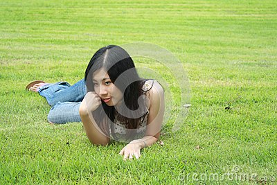 Gullig parkkvinna