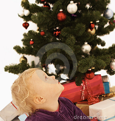 Gullig unge för jul som ser upp tid