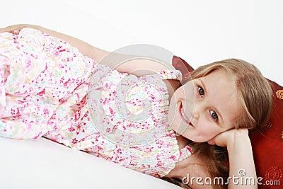 Gulligt skämtsamt koppla av för liten flicka
