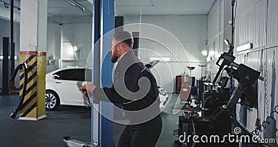 Gutes Aussehen in einem modernen Service Auto-Tanz charismatisch bei der Überprüfung des Autos stock video footage