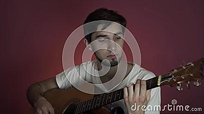Guy joue de la guitare acoustique à la maison isolément Concept d'épidémie de Coronavirus banque de vidéos