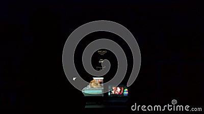 Guy usa la sua applicazione di luce intelligente per accendere le lampadine in casa video d archivio