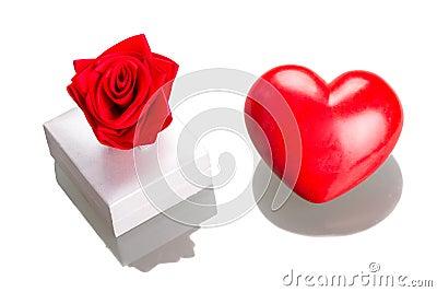 Gåvan boxas med röd hjärta som isoleras på vit