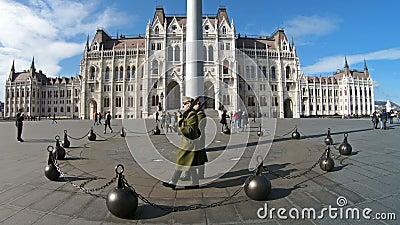 Gwardia Honorowa wmarsz wokoło podnoszącej węgier flagi blisko parlamentu gatunku, Budapest zdjęcie wideo