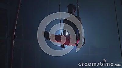 Gymnaste faisant de l'exercice de cross-activité gymnastique sur des anneaux de gymnastique Tiré au ralenti banque de vidéos