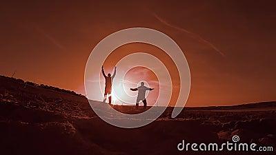 gymnastics Dois homens no por do sol que faz a ginástica que faz esportes, salto e corredor do esporte filme