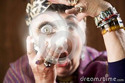 Gyspy com uma esfera de cristal